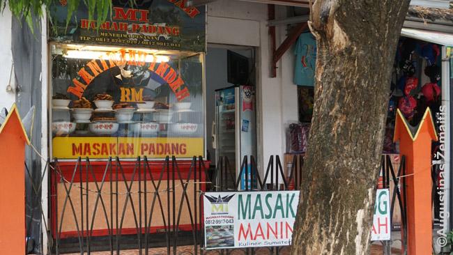 Padango restoranas su maistu vitrinoje