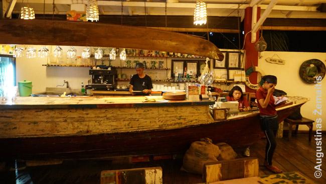 Itališkas restoranas įrengtas laivo stiliumi Labuan Badže (kurortas prie Komodo salos)