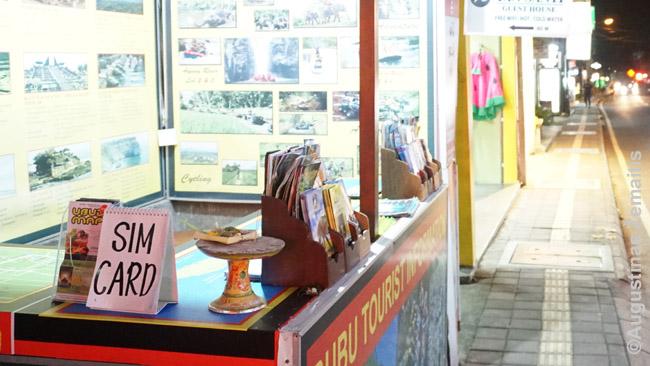 Turistinėse šalyse, kurortuose SIM kortelės dažnai pardavinėjamos ir gatvėje, turizmo operatorių salonuose. Tačiau dažnai ten būna didelis antkainis