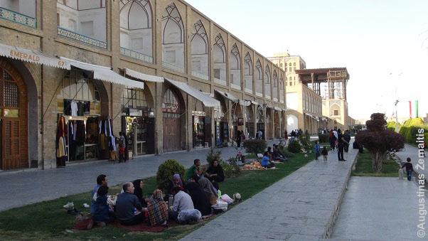 Piknikai Isfahano centrinėje aikštėje. Moterys su skarelėmis - Iranas viena nedaugelio šalių, kur tai privaloma