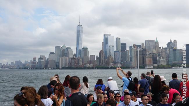 """Niujorko (pietinio Manhatano) """"skyline"""" iš laivo, keliančio prie Laisvės statulos"""