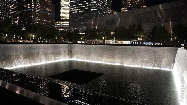 Rugsėjo 11 memorialas Niujorke. Kvadratas su besiliejančiu vandeniu žymi bokštų dvynių, nugriautų teroro akto metu, kontūrus