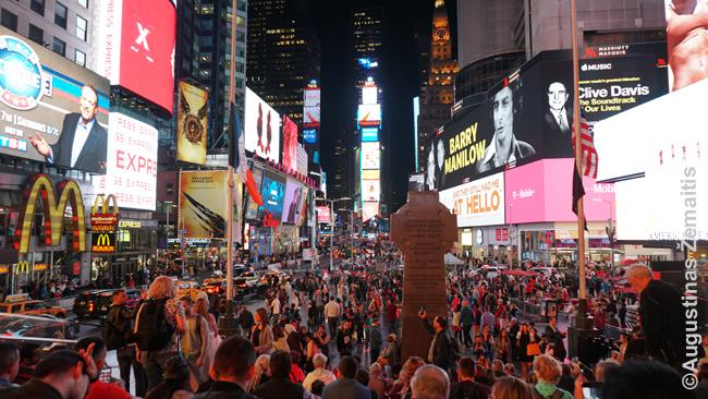 Times aikštė Niujorke - vieta, kur turistai specialiai susirenka pažiūrėti reklamų, čia spindinčių ant kiekvieno pastato