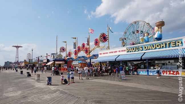 """Lentučių takai (Boardwalk) palei jūrą - vienas šiaurės rytų JAV kurortų simbolių. Nuotraukoje - Braitono paplūdimys prie Niujorko. Beje, brangiausi žaidimo """"Monopolis"""" gatvė todėl vadinasi Boardwalk."""