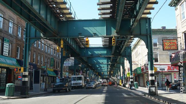 Kelios seniausios Niujorko ir daug Čikagos metro linijų driekiasi viršuje, beveik uždengdamos dangų. Iš toli girdisi, kaip atvažiuoja traukinys