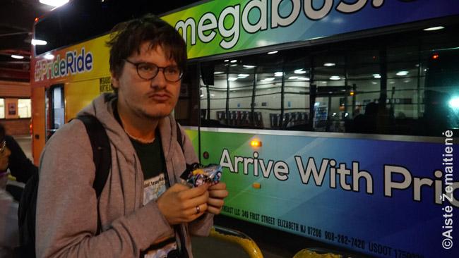 Aš prie gėjų šūkiais aprašyto Megabus autobuso (JAV populiarūs tokie linktelėjimai 'tituluotoms mažumoms'). Autobusai JAV turi prastą reputaciją, bet viduje - ir tualetas, ir WiFi (veikia ne visur), . Minusas - 'kovą už būvį', kai autobusas pilnas: ne vienas žmogus piktai melavo, kad šalia jo vieta užimta, kad išlaikytų tuščią vietą galvai padėti ir pan. Vietos priekyje kainuoja papildomai.