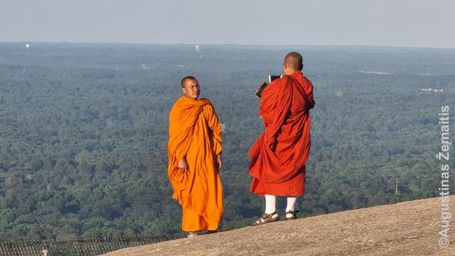 Budistai vienuoliai ant Stone Mountain