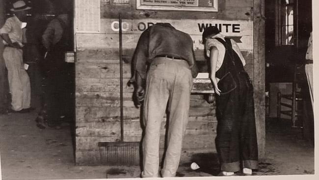 Segreguotos kriauklės spalvotiesiems ir baltiesiems. Nuotrauka iš Birmingemo pilietinių teisių muziejaus