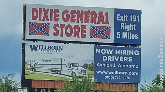 Konfederatų vėliavų parduotuvė reklamuojasi prie kelio