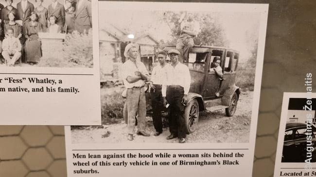 """Juodaodžių šeima prie automobilio, moteris už vairo. Lietuvoje tais laikais automobilius turėjo tik patys turtingiausieji, o štai JAV ir skurdžiausio šalies regiono labiausiai diskriminuojamose bendruomenėse buvo, kas juos turėjo – tai rodo didelį JAV ekonominį atotrūkį nuo likusio pasaulio. Kai kurie JAV baltaodžiai netgi taip gindavo mintį, neva vergovė galiausiai išėjo juodaodžiams į naudą: """"Jeigu jų protėviai nebūtų buvę atvežti į JAV kaip vergai, šiandien afroamerikiečiai gyventų Afrikoje, nepalyginamai skurdžiau, nei Amerikoje"""""""