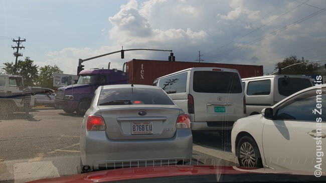Jamaikos sostinėje Kingstone susidaręs milžiniškas kamštis todėl, kad neveikia šviesoforas