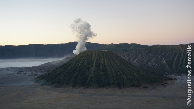 Rūkstantis Bromo ugnikalnis - vienas garsiausių Javoje