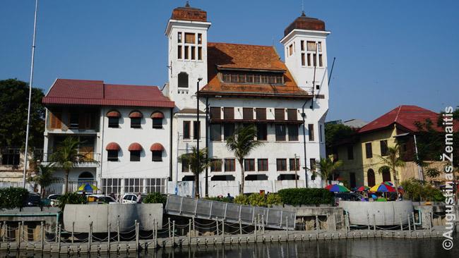 Buvusi olandų laikų draudimo bendrovė palei vieną Džakartos senamiesčio kanalų