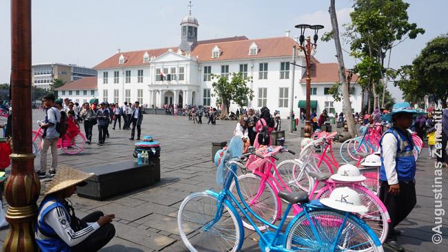 Džakartos senamiestyje viena pramogų - spalvotų dviračių nuoma. Dar išnuomojama ir deranti skrybėlė