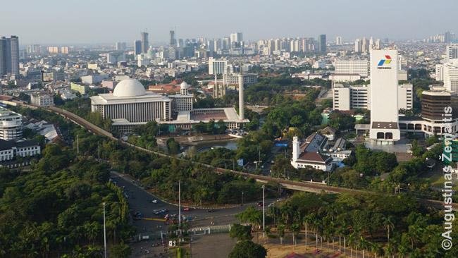 Džakarta žvelgiant iš Nacionalinio monumento viršūnės. Priekyje - didžiausia Pietryčių Azijos mečetė