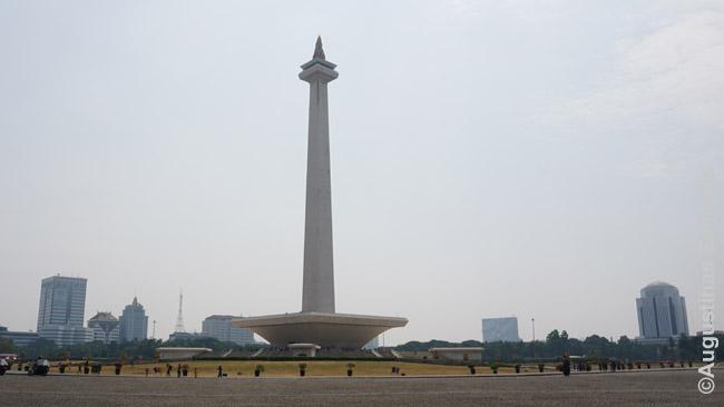 Džakartos centrinė aikštė ir Nacionalinis monumentas. Bilietą pasikėlimui savaitgalį atstovėję eilę gavome tik laikui po 3 valandų. Monumentas nėra pasaulio stebuklas - bet kai mieste žmonių 30 mln., o lankytinų vietų mažai, savaitgaliais čia suguža ištisos giminės