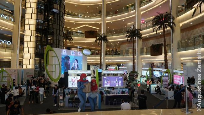 Džakartos prekybos centre. Apačioje matosi ruošiamas savaitgalio renginys