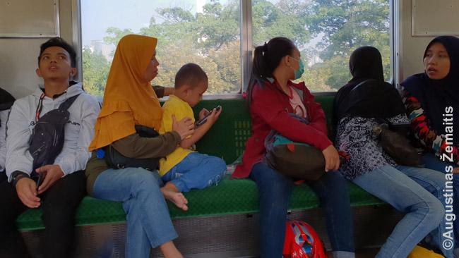 Žmonės Džakartos viešajame transporte