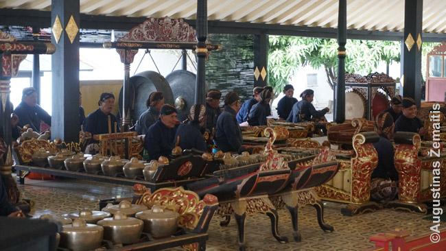 Gamelano koncertas Džogjakartoje. Gamelanai akomponuoja ir Ramajanos baletui