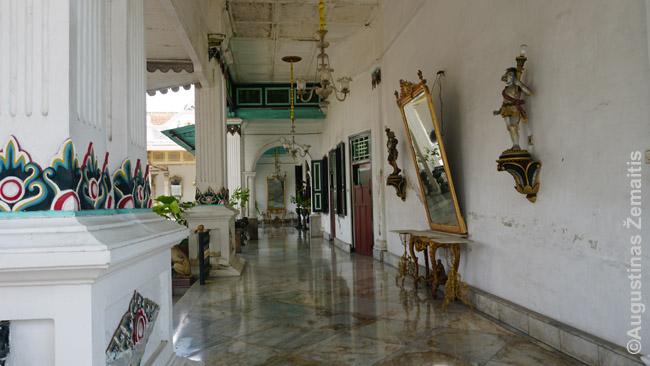 Džogjakartos kratone žvelgiant į turistams neprieinamas erdves, kur ir dabar gyvena sultonai