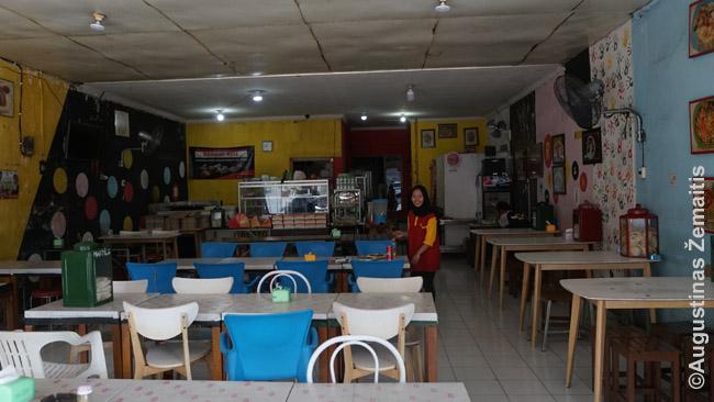 Eilinis restoranas Džogajakartoje. Tokių pilna visoje Javoje ir kai kurie vakariečiai jų vengia, bet valgyti čia - svarbi patirtis