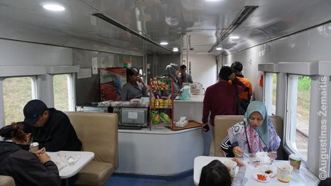 Vagonas restoranas Javos geležinkeliuose. Nenorint čia valgyti, maistas nešiojamas ir per visus vagonus