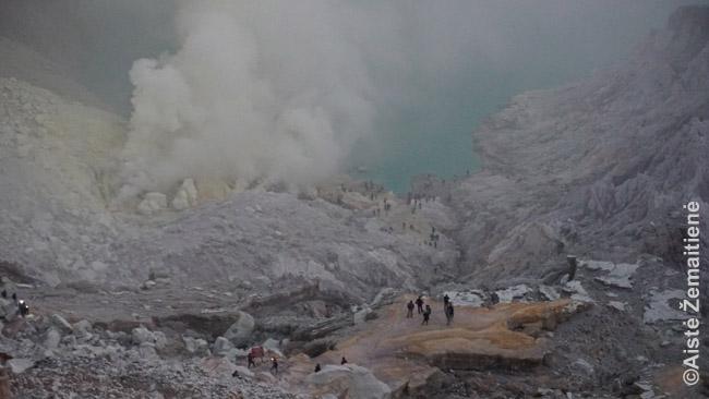 Idženo krateris jau prašvitus. Turistai kopia atgal