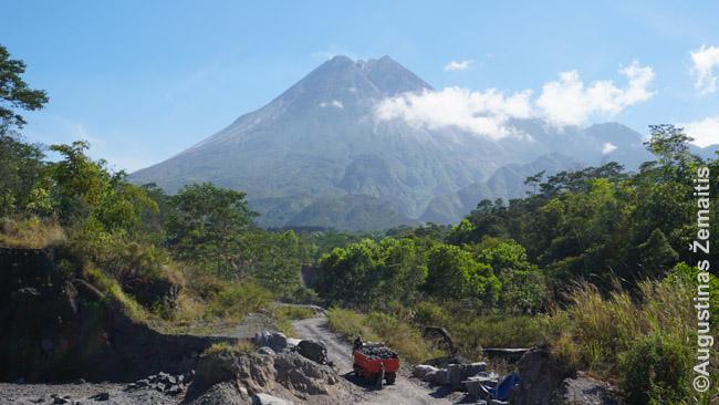 Merapio ugnikalnis iš šiaurinių Džogjakartos priemiesčių
