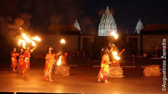 Ramajanos baletas. Jo stilių sunku su kažkuo palyginti: skambant lengvai gamelano muzikai štai scenos šone pasirodo Rama su lanku, šauna. Scenos tarsi kartojasi (tie patys aktoriai pasirodo ten pat, šoka tuo pat stiliumi), bet vis kitaip, kitokiais deriniais. Vienas 'vinių' - bedžionių dievo Hanumano padegimas