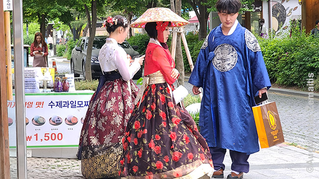 Korėjiečiai išsinuomavę dienai liaudies drabužius