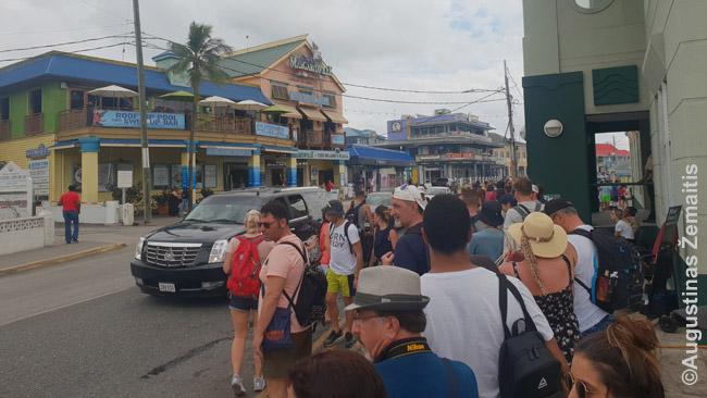 Eilė prie tenderių Kaimanų salų uoste