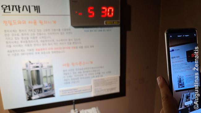 Automatinis vertimas - nukreipus telefono programėlę į korėjietišką tekstą, ji rašo angliškai (gali versti ir į lietuvių k., bet prastesne kokybe)