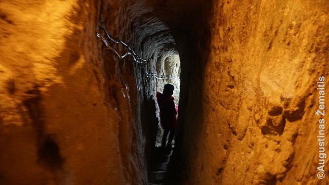 Derinkuju požeminiame mieste be e turistų ir gidų budi ir apsaugininkai – ties siauriausiais praėjimais jie šaukia, kada galima lsti į tunelį. Mat tuneliai tokie siauri ir žemi, kad mane, 1 m 80 cm ūgio, jau kiek išsunkia pasilenkinėjimas, pritūpimai – o susitikus dviems žmonėms iš priešpriešių vietomis prasilenkti būtų neįmanoma