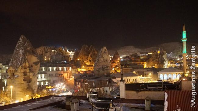 Gioremės panorama vakare nuo vieno iš restoranų su gražiu vaizdu terasos