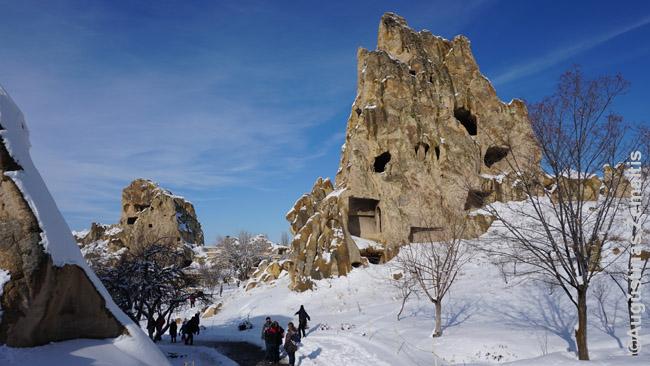 Fėjų kaminais vadinamos olomis išvagotos uolos - Kapadokijos simbolis
