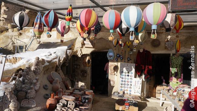 Žaislinius oro balionus siūlo netgi kiekviena Kapadokijos suvenyrų parduotuvėlė