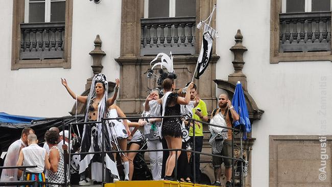 Bola Preta parado muzikantai ant vienos iš platformų. Gatvės paraduose platformos paprastai - tiesiog sunkvežimiai su muzikantais viršuje