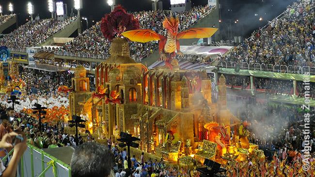 Vienas įspūdingų Rio de Žaneiro Karnavalo pasirodymų. Tai - tik viena platforma iš virš 50 per vakarą. Pasirodymas trunka virš 8 valandų ir jame dalyvauja 30 000 šokėjų spalvingiausiais kostiumais. Ir tai tik oficialioji dalis - gatvių paraduose siaučia milijonai