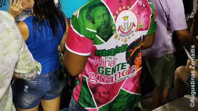 Fanas su to meto savo palaikomos mokyklos pasirodymo marškinėliais. Pasirodymo tema - slaptoji Brazilijos istorija: 'Brazilija nebuvo atrasta, ji buvo užkariauta iš indėnų' ir pan.