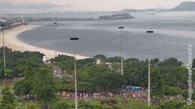 Vienas gatvės paradų (tiksliau, fiksuotos vietos koncertas) iš viršaus. Flamengo paplūdimys.