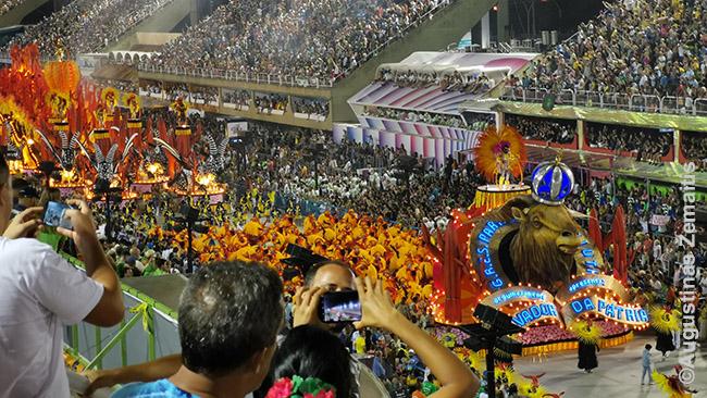 Parado 'Salvador da patria' (Tėvynės gelbėtojas) pirmoji platforma.