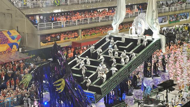 Imperio Serrano mokyklos pasirodymo tema buvo gyvenimo prasmė. Ant vienos platformų - labirintas, kuriame, be galo vaikštantys žmonės. Prieina išėjimą - ir apsisuka.