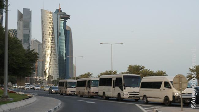 Pro Dohos finansų centrą pasibaigus darbo dienai važiuoja balti darbininkų autobusai