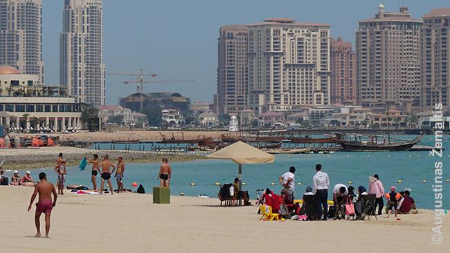Ekspatai (kairėje) ir vietiniai (dešinėje) skirtingai įsivaizduoja, kam reikalingas paplūdimys