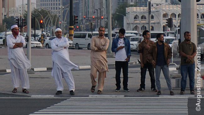 Kataro gyventojai ties perėja
