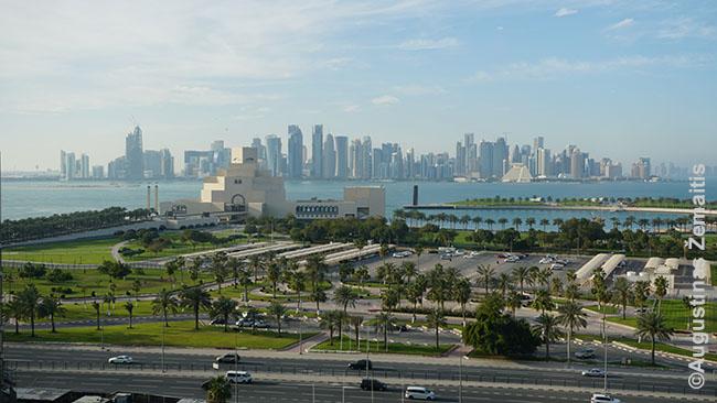 Nuostabus vaizdas į Kataro šiuolaikinį centrą, Islamiško meno muziejų pro viešbučio langą