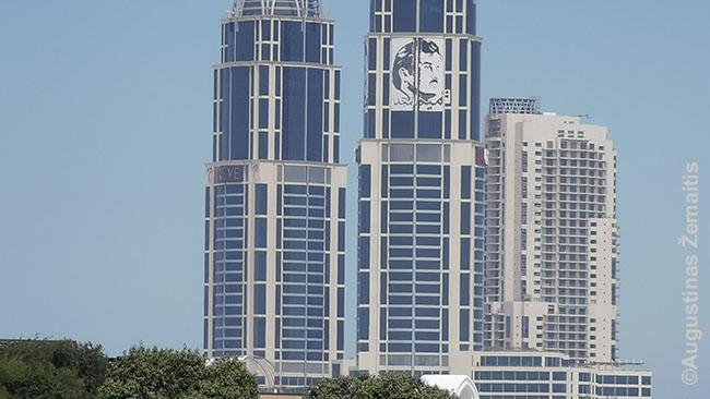 Emyro veidas Katare puošia ir dangoraižius, ir dar daug ką