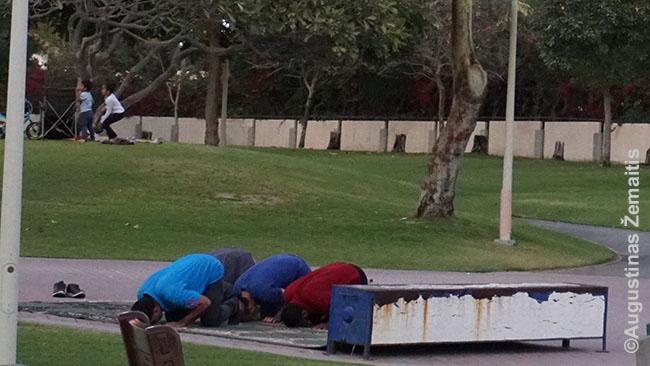 Musulmonai meldžiasi Dohos centre
