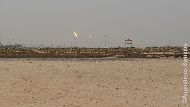 Kataro naftos pramonė žvelgiant iš vietos, kur ieškojau uolų tapybos: neradau, jie niekaip nepažymėta