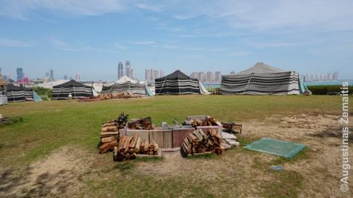 Palapinės-restoranai Katara parke Dohos centre - vietinės šeimos piknikui gali vieną išsinuomoti